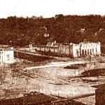 Руїни виставки після революції та громадянської війни (вид з вул..Великої Васильківської,  на передньому плані басейн фонтану, справа – Черепанова гора, зліва – сходи на Госпітальну гору