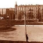 Червоний стадіон вже 1932 р. (зліва ті ж контури колишнього басейну фонтану,  справа видно вже закладені опори лавок для глядачів)