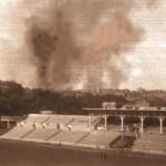 """Стадіон """"Динамо"""" у вересні 1941 р. (на фоні диму від пожежі на підірваному Хрещатику)"""